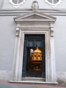 Ingresso del Battistero del Duomo di Pietrasanta